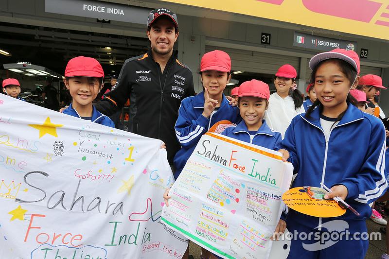 Sergio Perez, Sahara Force India F1, mit jungen Fans