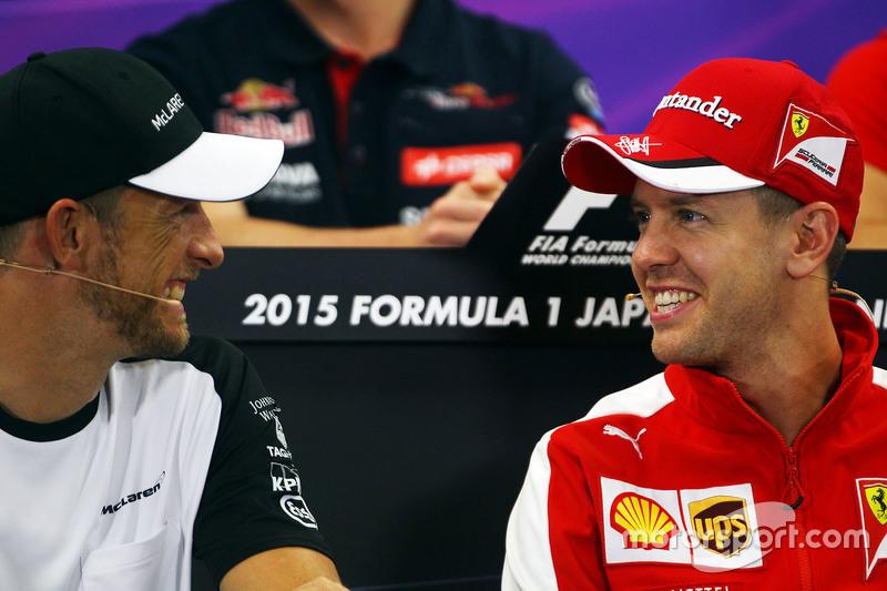 Jenson Button, McLaren com Sebastian Vettel, Ferrari na coletiva de imprensa da FIA