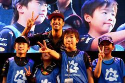 Даніель Ріккіардо, Red Bull Racing з молодими фанатами on stage в fanzone після кваліфікації