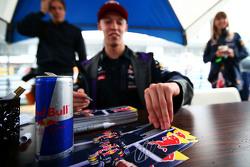Daniil Kvyat, Red Bull Racing, schreibt Autogramme