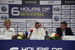 الشيخ سلمان بن عيسى آل خليفة الرئيس التنفيذي لحلبة البحرين الدوليّة، وجيرارد نيفو الرئيس التنفيذي لبطولة العالم لسباقات التحمل، سائق فريق بورشه برندون هارتلي