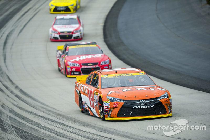 Карл Едвардс, Joe Gibbs Racing Toyota та Курт Буш, Stewart-Haas Racing Chevrolet
