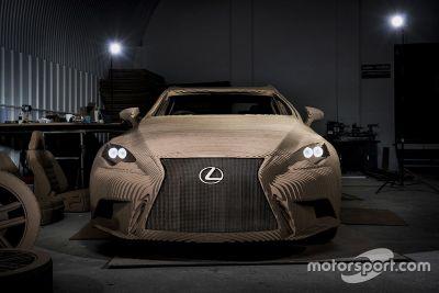 Une Lexus IS en carton