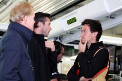 Джонатан Палмер, Мэттью Картер, генеральный директор Lotus F1 Team и Джолион Палмер, тестовый и резе