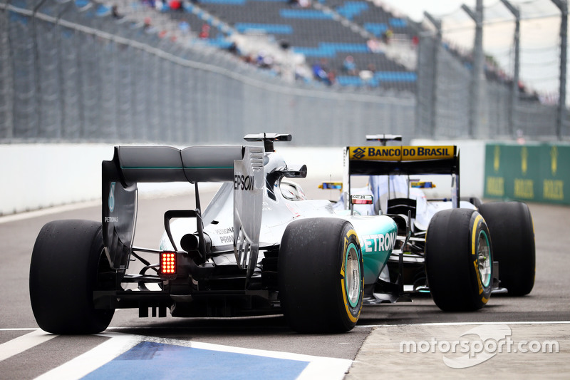 Lewis Hamilton, Mercedes AMG F1 W06 stuck behind Marcus Ericsson, Sauber C34 at the pit exit