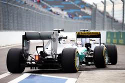Lewis Hamilton, de Mercedes AMG F1 W06 pegado detrás de Marcus Ericsson, Sauber C34 en la salida de pits
