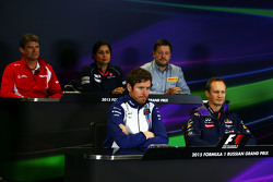 La Conferencia de prensa FIA: Graeme Lowdon, Manor F1 equipo Presidente Ejecutivo; Monisha Kaltenborn, director del equipo Sauber; Paul Hembery, Pirelli Motorsport Director; Rob Smedley, Williams Director de rendimiento del vehículo; Paul Monaghan, Red Bul