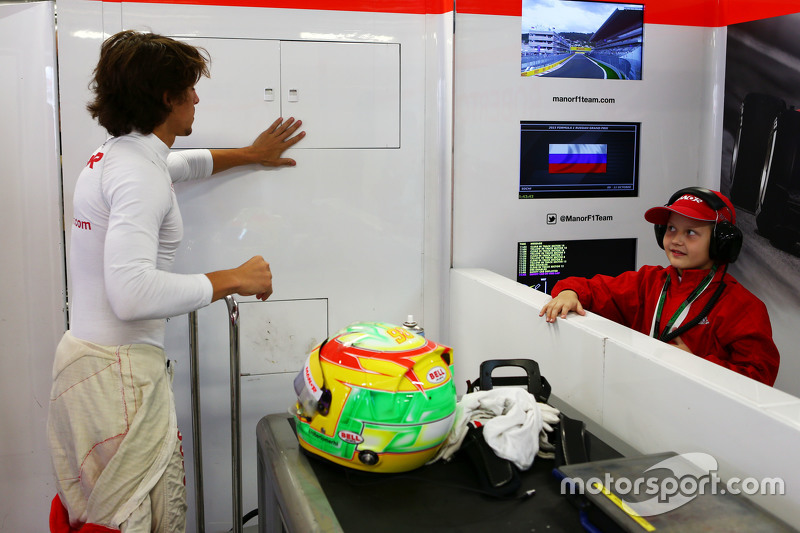 Roberto Merhi, Manor F1 Team with a young team guest