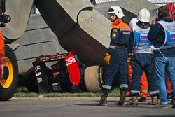 Машина Scuderia Toro Rosso STR10 Карлоса Сайнса мл., рядом с отбойником после аварии во время суббот