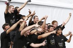 Il campione 2015 Stoffel Vandoorne, ART Grand Prix festeggia con il suo team