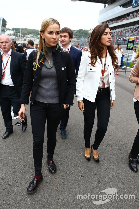 Carmen Jordá, piloto del desarrollo equipo Lotus F1 con Fabiana Flosi, en la parrilla