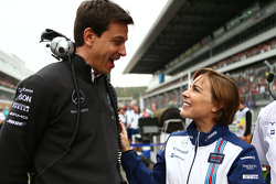 Toto Wolff, Mercedes-Sportchef, mit Claire Williams, Williams, stellvertretende Teamchefin, in der Startaufstellung