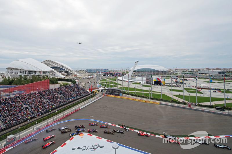 Ніко Росберг, Mercedes AMG F1 W06 лідирує на початку гонки коли Ніко Хюлкенберг, Sahara Force India