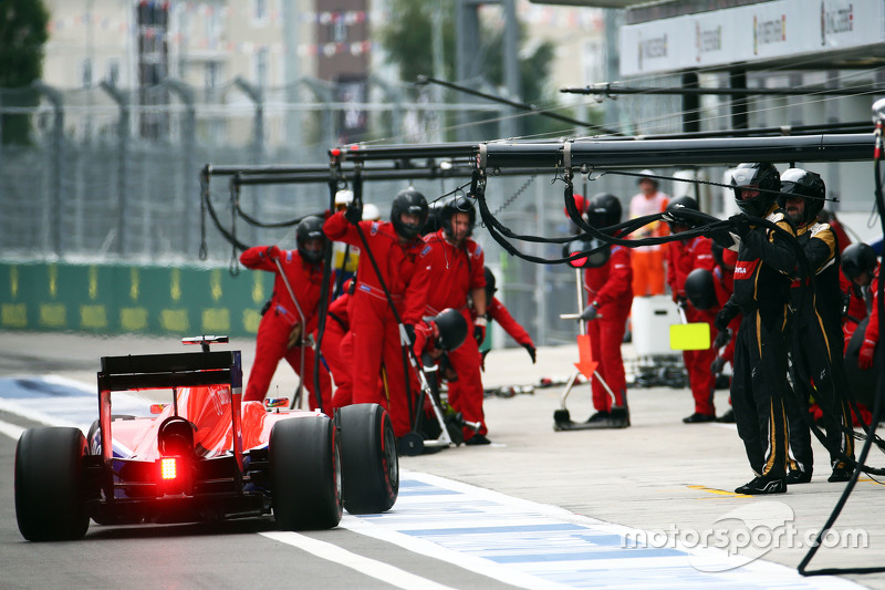 Roberto Merhi, Manor F1 Team makes a pit stop