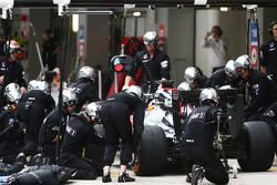 Fernando Alonso, McLaren MP4-30 , fait un arrêt