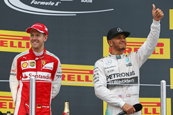 Второе место - Себастьян Феттель, Ferrari с победителем гонки - Льюисом Хэмилтоном, Mercedes AMG F1