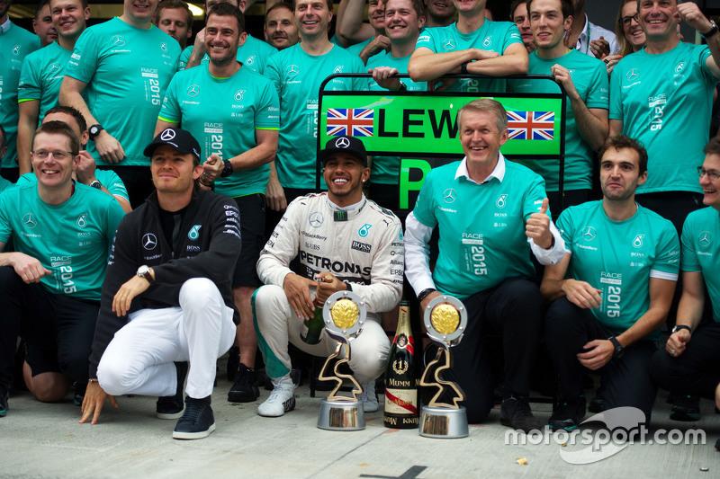 Ganador de la carrera Lewis Hamilton, Mercedes AMG F1 celebra con Nico Rosberg, Mercedes AMG F1 y el equipo