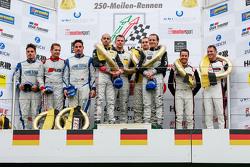 Podio: ganadores Hubert Haupt, Yelmer Buurman, Adam Christodoulou, Manuel Metzger, Negro Falcon, el