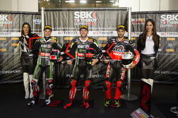 Le deuxième, Jonathan Rea, Kawasaki, le poleman Tom Sykes, Kawasaki, et le troisième, Javier Fores, Ducati Team