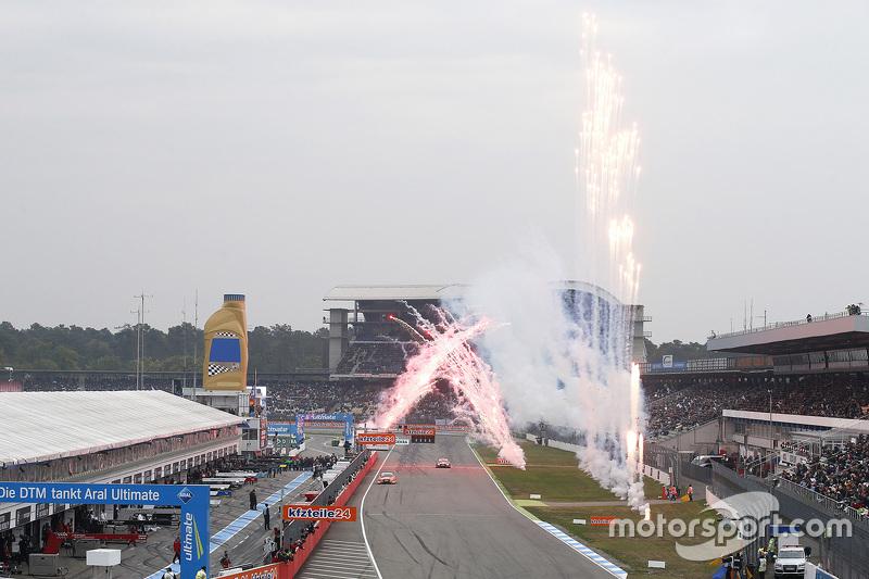 Mattias Ekström, Audi Sport - Takım: Abt Sportsline, Audi A5 DTM damalı bayrağı görüyor