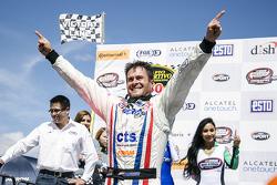 Ganador de la carrera Rogelio López, Alpha Racing celebra en el Victory Line