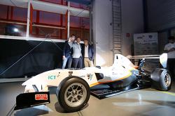 Nicky Catsburg, Xavier Maassen und Jan Lammers machen ein Selfie mit dem Auto