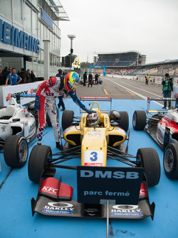 CArrera 1 segundo lugar Jake Dennis, Prema Powerteam Dallara Mercedes-Benz, ganador Antonio Giovinaz