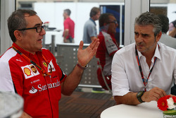 Modesta Menabue, Ferrari Especialista en motores con Maurizio Arrivabene, Ferrari Director del Equipo