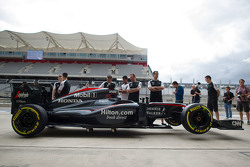 La McLaren MP4-30 di Fernando Alonso, McLaren nel box