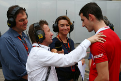 Alexander Rossi, Manor F1 Team met BBC Radio 5 Live Commentator Allan McNish, BBC F1 Presenter en Suzi Perry, BBC F1 Presentator
