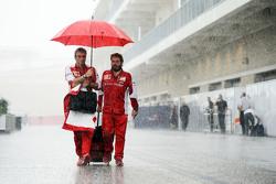 Maurizio Arrivabene, Ferrari-Teamchef, mit Gino Rosato, Ferrari, im nassen Fahrerlager