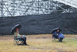 Fans sous la pluie