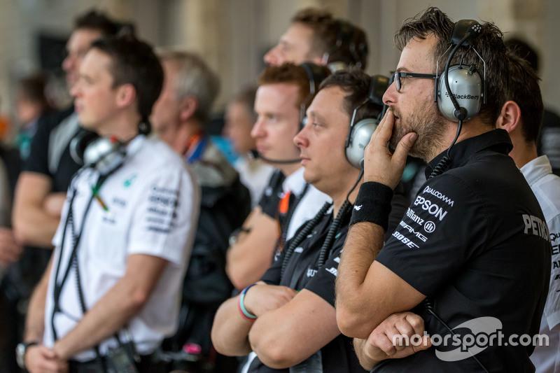Mercedes AMG F1 команда дивиться на дош в другій практиці