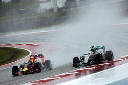Daniil Kvyat, Red Bull Racing RB11 y Lewis Hamilton, Mercedes AMG F1 W06