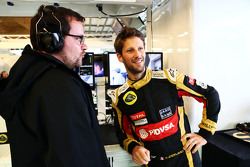 Romain Grosjean, de Lotus F1 Team con Julien Simon-Chautemps, Lotus F1 Team Ingeniero