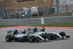 Nico Rosberg, Mercedes en Lewis Hamilton, Mercedes maken contact in eerste bocht