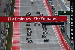 Ніко Росберг, Mercedes AMG F1 W06 лідирує  товариш по команді Льюїс Хемілтон, Mercedes AMG F1 W06 на початку гонки