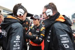 Серхио Перес, Sahara Force India F1 на стартовой решетке, Тим Райт, гоночный инженер Sahara Force India F1 Team,и Том МакКулоух, главный инженер Sahara Force India F1 Team