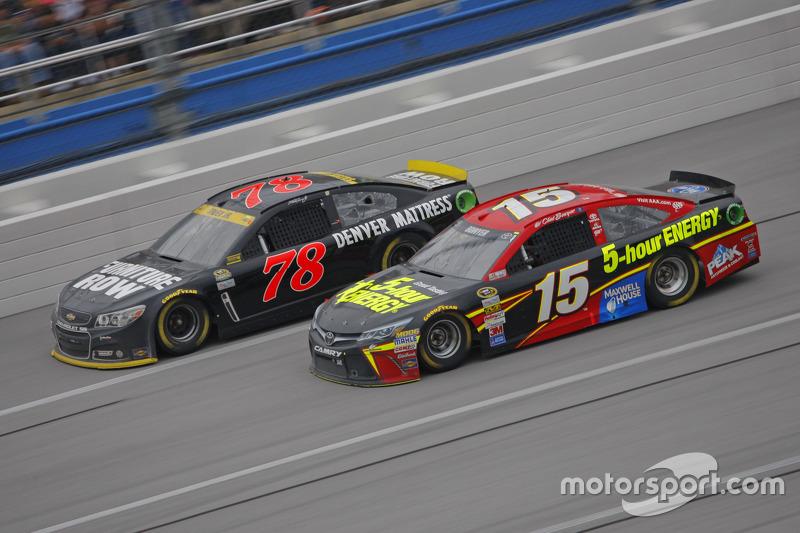 Клінт Бойєр, Michael Waltrip Racing Toyota та Мартін Труекс мол., Furniture Row Racing Chevrolet