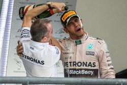 Podium: winnaar en wereldkampioen Lewis Hamilton, Mercedes AMG F1viert op het podium met Paddy Lowe, Mercedes AMG F1 Executive Director