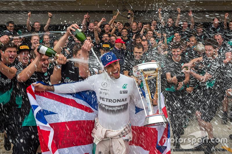 F1 - Le vainqueur et Champion du Monde Lewis Hamilton, Mercedes AMG F1 fête son titre avec l'équipe