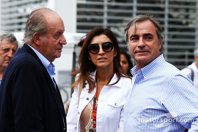 ملك إسبانيا السابق خوان كارلوس مع فابيانا فلوسي وكارلوس ساينز