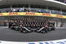 Nico Hulkenberg, Sahara Force India y Sergio Pérez, Sahara Force India Team se toma la foto con los miembros del equipo