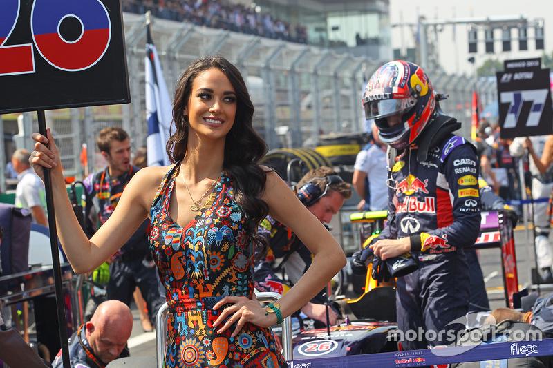 Grid girl de Daniil Kvyat, da Red Bull