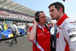 Alexander Rossi, Manor Marussia F1 Team, mit Gianluca Pisanello, Manor Marussia F1 Team, Chefingenieur, in der Startaufstellung