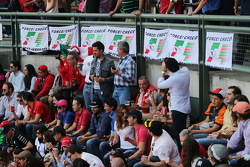 Fans en las tribunas con mantas en apoyo a  Sergio Pérez, Sahara Force India F1