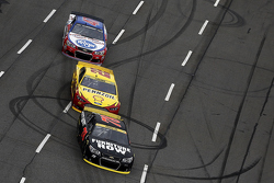 Martin Truex Jr., Furniture Row Racing Chevrolet en Joey Logano, Team Penske Ford and A.J. Allmendinger, JTG Daugherty Racing Chevrolet