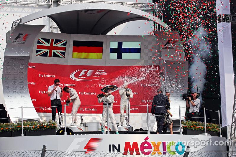 Podio: ganador de la carrera Nico Rosberg, Mercedes AMG F1 celebra en el podio