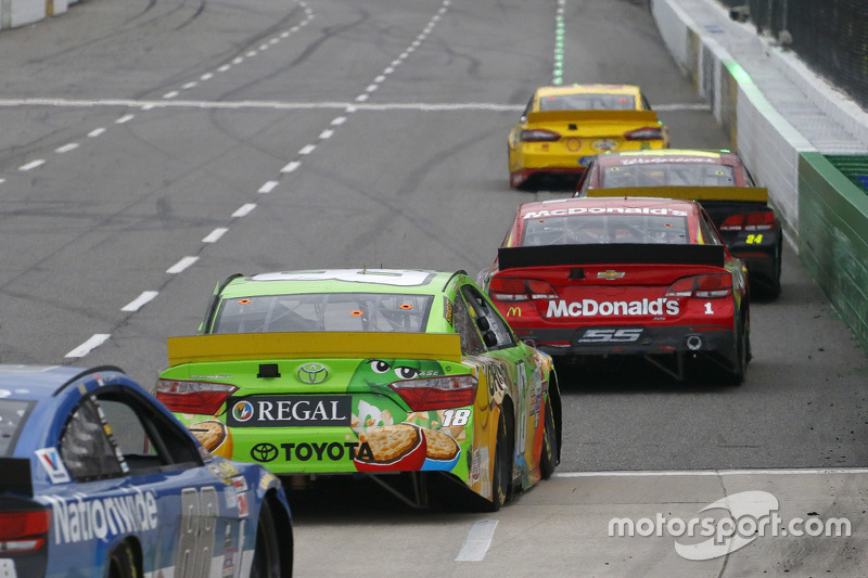 Kyle Busch, Joe Gibbs Racing Toyota and Jamie McMurray, Chip Ganassi Racing Chevrolet