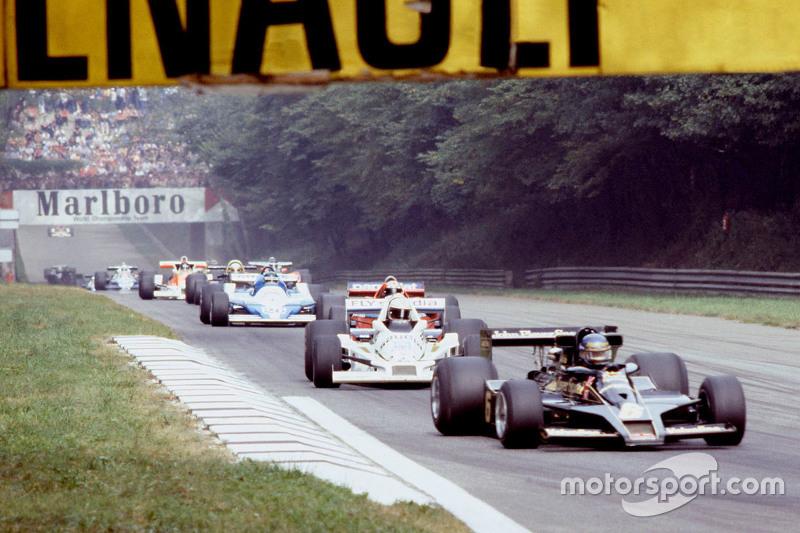 Ronnie Peterson, Lotus F1 Team y Alan Jones, Williams en la vuelta de calentamiento